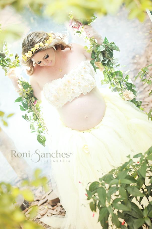 Book gestante balanço, gestante vestida de amarelo no balanço usando coroa de flores