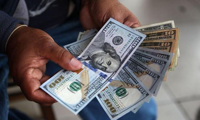 El dólar opera a la baja