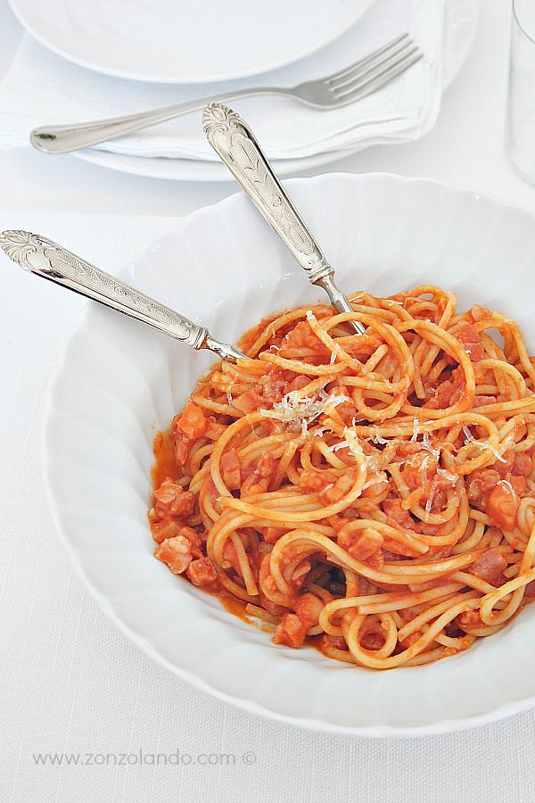 Spaghetti bucatini all'amatriciana ricetta tradizionale pasta bacon tomato amazing recipe homemade