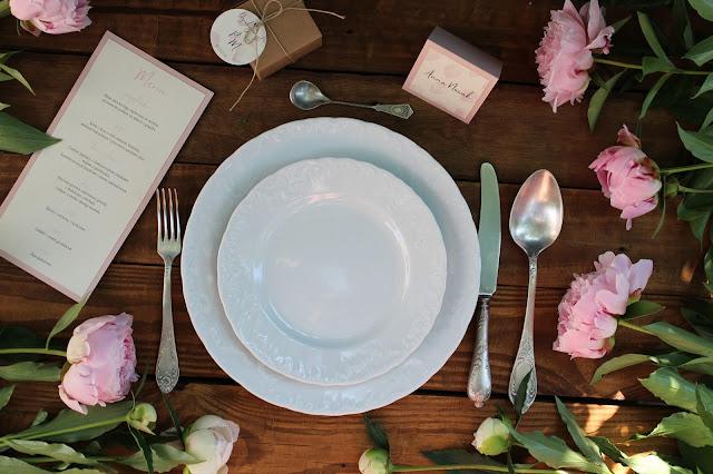 Papeteria ślubna na wesele: winietki, menu, pudełeczka na prezent od paperplant.