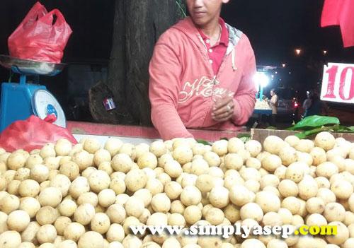 MANIS  :  Harga per 2 Kilo Langsat ini dibandrol 25 ribu rupiah. Silahkan aduk aduk sendiri atau minta dipilihkan.  Foto Asep Haryono