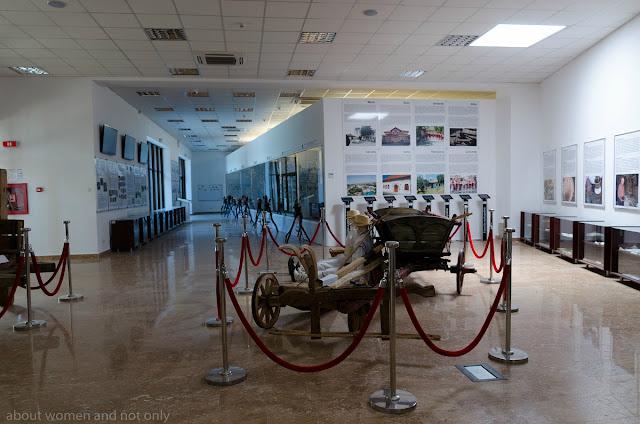 Tablete cu filmulete, vitrine, exponate cu si despre traditiile si activitatile oamenilor de pe judetul Tulcea.