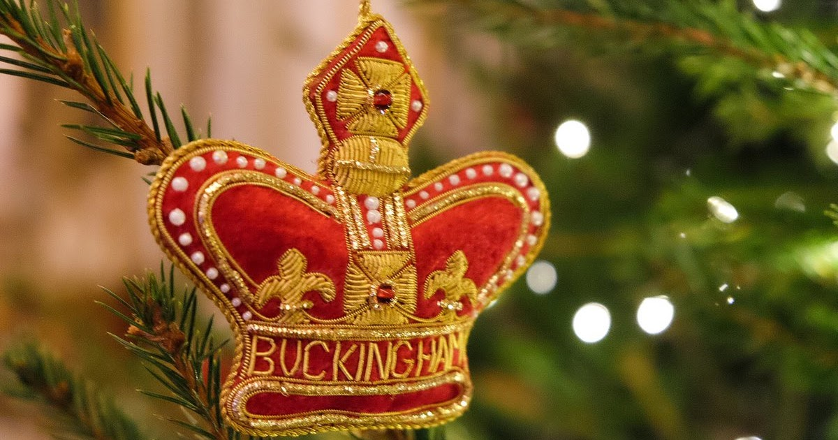Queens of england royal christmas trees buckingham palace for H m christmas decorations