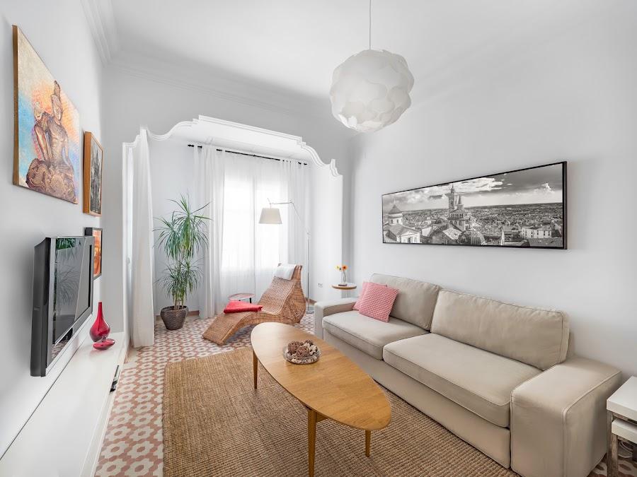 Sofá blanco con mesa de centro oval de madera