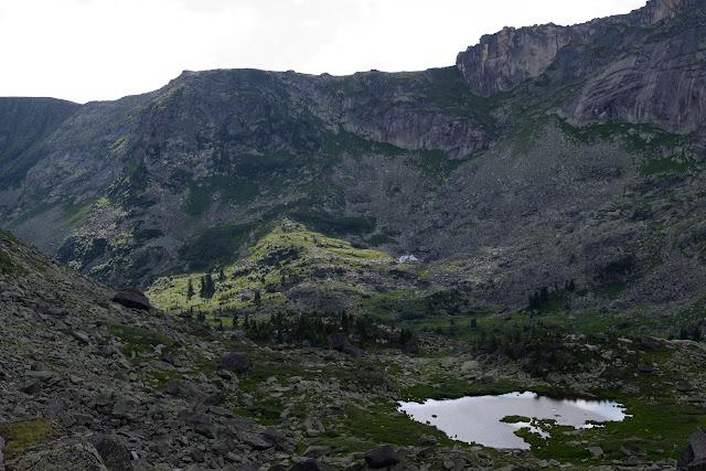 Как особо охраняемая природная территория природный парк был организован 4 апреля 2005 г. Площадь — 342 873 га. Туристский центр хребта Ергак-Таргак-Тайга в Западном Саяне.  Официальные данные Представляет собой массив разнонаправленных грив, отрогов, в значительной степени обработанных ледником. Горный рельеф в центральной части Ергаков на периферии сменяется гольцовым с отдельно расположенными горами и отрогами более плавных очертаний с пенепленом на вершинах. Отдельные горные пики имеют причудливые очертания и собственные имена: Звёздный (наивысшая вершина Ергаков), Зуб Дракона, Птица, Парабола, Молодёжный, Зеркальный и др. Неповторимость Ергакам придают множество озёр, как правило каровых, ледникового происхождения. Наиболее известны: Буйбинские озёра (Радужное, Каровое, Светлое), Мраморное (Тушканчик), Золотарное, Горных Духов. Наиболее крупные озёра — Большое Буйбинское, Большое Безрыбное и Светлое.  Символ парка - логотип с изображением кабарги на фоне горных вершин.