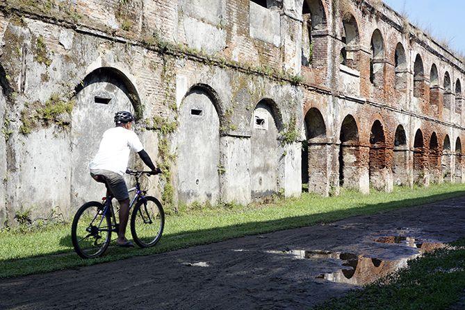 Pesepeda melintasi Benteng Willem I Ambarawa