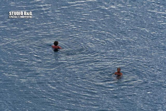 Ναύπλιο: Πρωτοχρονιά με μπάνιο στην θαλασσα και φόντο τα χιονισμένα βουνά