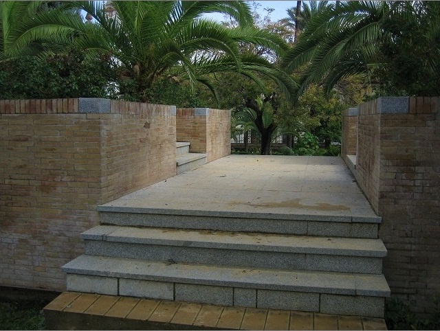 Escalera que salva el parking subterráneo