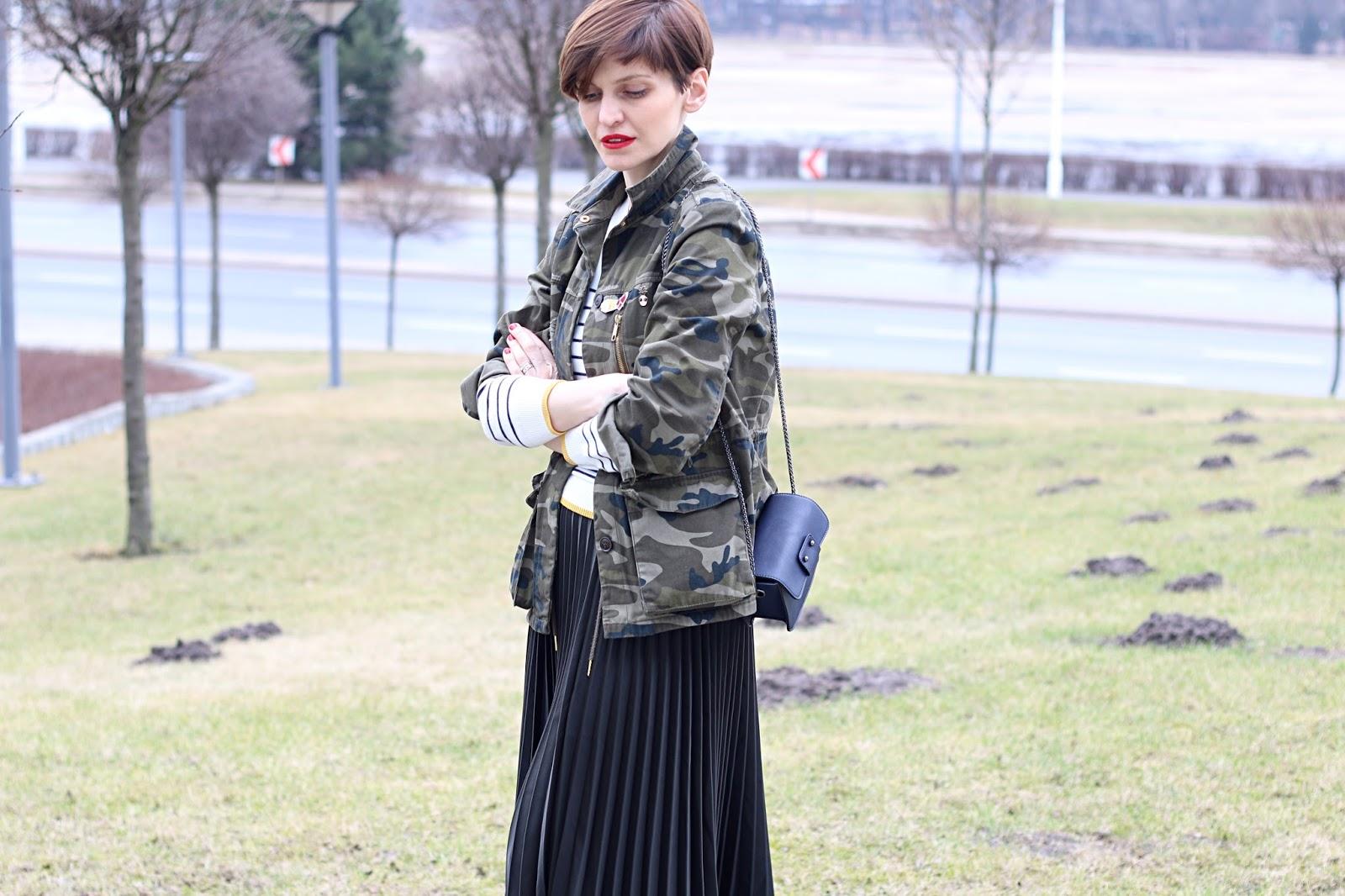 Opis na potrzeby wyszukiwania moro, plisy, stylizacja dnia, stylistka, personalshopper, stylistkapoznan, plisowana spódnica, na wiosnę, blog po 30 tce,