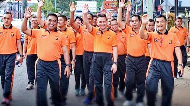 Kapolda Jambi Pimpin Kegiatan Olahraga Jum'at Dengan Melakukan Jalan Santai Bersama Personil Polda Jambi