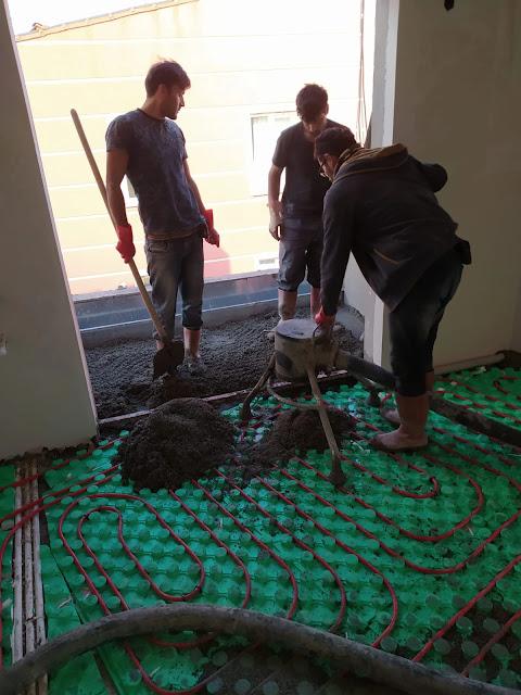 Kepçesine doldurulan kumu ve çimentoyu karıştırarak imalatın yapılacağı kata pompalayan şap makinesinin yeteri kadar harç pompaladı