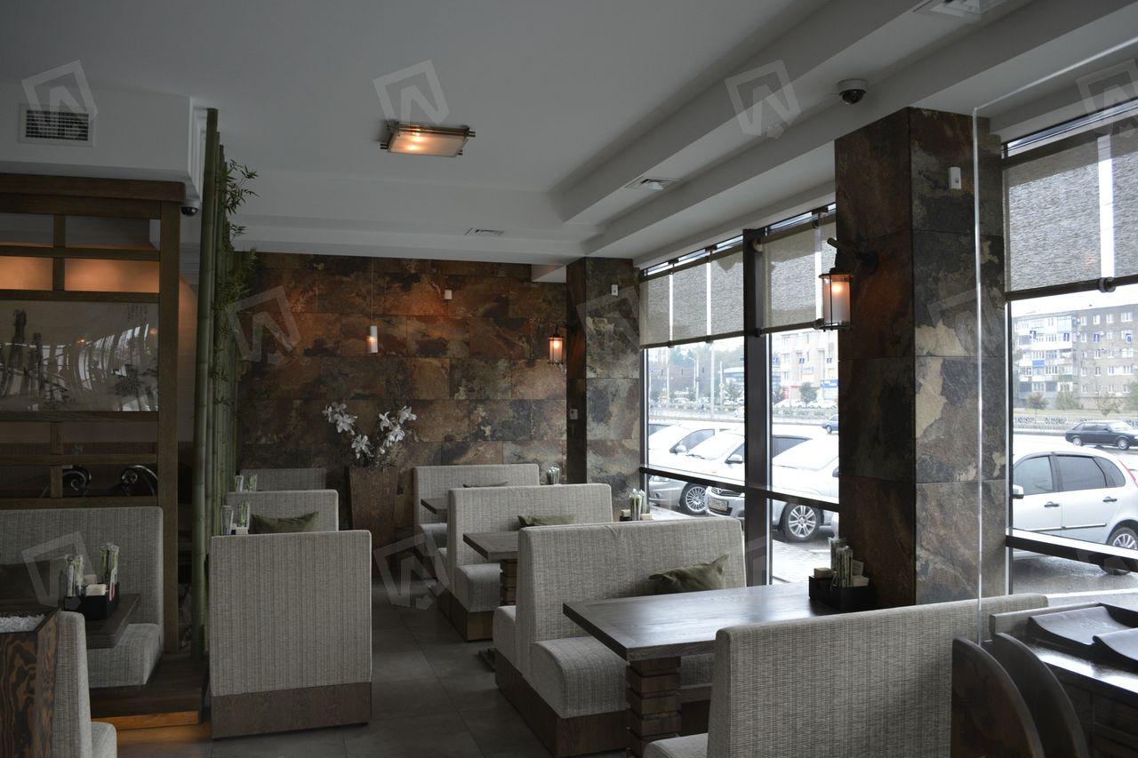 Приятный вид из окна ресторана не портят радиаторы