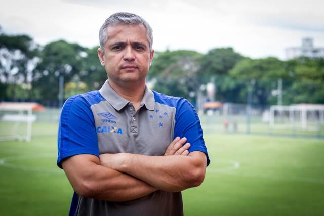 O time do Cruzeiro sub-17 já tem novo técnico. Trata-se de Alexandre Grasseli. Ele atuava como coordenador técnico da base do Vasco e depois de receber o convite da diretoria celeste aceitou retornar para o clube mineiro.