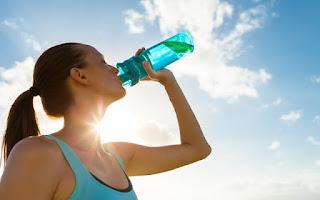 Beber agua de un bidón