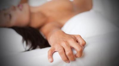 """Apa itu orgasme? Mungkin di sebagian kalangan ada yang belum mengerti tentang apa itu orgasme. Orgasme adalah titik puncak kenikmatan saat anda berhubungan intim dengan pasangan anda. Jadi sekarang anda sudah jelas tahu kan, jadi sekarang mari kita bahas tentang beberapa penyakit yang juga dapat di sembuhkan lewat orgasme saat anda berhubungan intim dengan pasangan suami atau istri anda.  Bila Anda mengalami salah satu dari beberapa keluhan kesehatan ini, cobalah mengatasinya dengan meraih orgasme bersama pasangan suami atau istri anda.  Insomnia  Tubuh melepaskan hormon oksitosin setelah berhubungan intim yang membuat Anda mengantuk. karena wanita memproduksi lebih banyak hormon oksitosin dibandingkan pria. Jadi saat anda telah melakukan hubungan ini sampai anda meraih Orgasme anda akan merasa lelah dan mengantuk.  Cegukan  Dr Francis M. Fesmire memberi tahu dua hal untuk mengatasi cegukan, salah satunya adalah orgasme. """"Orgasme menghasilkan stimulasi luar biasa di saraf vagus. Mulai saat ini, saya akan merekomendasikan hubungan intim yang berujung pada orgasme sebagai cara untuk mengatasi cegukan,"""" kata Fesmire.  Flu  Berhubungan intim juga bisa meningkatkan sistem imun tubuh yang bisa menyembuhkan flu. Penetrasi bisa meningkatkan immunoglobulin A, antibodi yang menghalau virus flu. Jadi jika anda sedang flu tidak ada salahnya mencoba tips berikut.  Kram  Bercinta bisa membantu mengatasi nyeri haid. Orgasme menyebabkan otot uterus berkontraksi dan melepaskan zat kimia di otak yang berfungsi sebagai pereda nyeri. Ini secara otomatis meredakan kram menstruasi.  Morning sickness  Brhbngan intm oral bisa menyembuhkan mual di pagi hari? Menurut psikolog di SUNY-Albany, Gordon Gallup, cara terbaik untuk mengatasi morning sickness selama kehamilan adalah dengan air mani dari pasangan suami Anda. Gallup percaya bahwa mual disebabkan karena tubuh wanita menolak air mani pria yang menghamilinya. Jadi bila Anda membangun toleransi dengan mengonsumsinya maka bisa mencegah gan"""