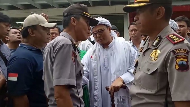Iptu Ali mendebat Ketua DPC FPI Sragen Mala Kunaifi