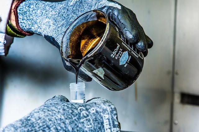Los yacimientos de petróleo negro se encuentran caracterizados por una Relación Gas-Petróleo RGP que puede llegar hasta los 1.750 PCN/BN, con gravedades de hasta 45° API y factores volumétricos por debajo de los 2 BY/BN.