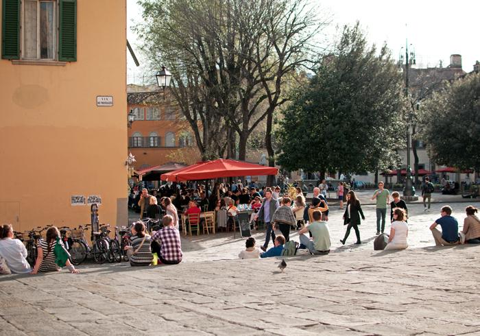 Place à Florence, les gens prennent l'apéro sur les terasses