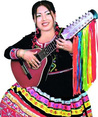 Foto de Rosita de Espinar tocando instrumento