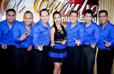 Foto de Los Villacorta con traje azul