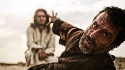 """Paulo estava diante do rei Agripa tentando se defender das acusações, que pesavam sobre ele, foi quando ele começou a contar como foi o seu encontro com o Senhor Jesus, vamos acompanhar:      """"Numa dessas viagens eu estava indo para Damasco, com autorização e permissão dos chefes dos sacerdotes. Por volta do meio-dia, ó rei, estando eu a caminho, vi uma luz do céu, mais resplandecente que o sol, brilhando ao meu redor e ao redor dos que iam comigo. Todos caímos por terra. Então ouvi uma voz que me dizia em aramaico. 'Saulo, Saulo, por que você está me perseguindo? Resistir ao aguilhão só lhe trará dor! ' """"Então perguntei: Quem és tu, Senhor? """"Respondeu o Senhor: 'Sou Jesus, a quem você está perseguindo. Agora, levante-se, fique de pé. Eu lhe apareci para constituí-lo servo e testemunha do que você viu a meu respeito e do que lhe mostrarei. Eu o livrarei do seu próprio povo e dos gentios, aos quais eu o envio para abrir-lhes os olhos e convertê-los das trevas para a luz, e do poder de Satanás para Deus, a fim de que recebam o perdão dos pecados e herança entre os que são santificados pela fé em mim'.  Paulo tentava explicar ao rei, porque ele defendia a ressurreição de Jesus, quando ele a muito pouco tempo, perseguia e matava nos que nessa verdade diziam crer. e aconteceu que ao meio-dia, quando a luz do sol é mais forte e brilhante, uma outra luz, vinda do céu, aparece a Paulo e a seus companheiros de viagem. Creio eu que o Senhor escolheu uma hora em que a luz do sol é mais forte para deixar bem claro que a luz dele é ainda mais forte, mais brilhante, para que eles tivessem a certeza de que quem apareceu a eles ali naquele momento era o Pai das luzes. (Tiago 1:17)  Paulo e seus companheiros de viagem caíram ao chão com aquele resplendor tão grande, não conseguiram resistir a glória daquele que se aproximava.  E o Senhor lhe pergunta: """"Saulo, Saulo! Porque me persegue? Não adianta se revoltar contra mim"""" E então Paulo ainda Saulo, apavorado, com medo pergunta a aque"""