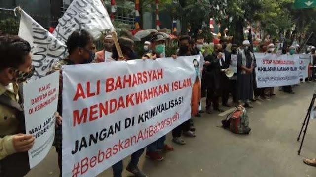 Jakarta, Selasa 4/8/2020 di Pengadilan Negeri Jakarta Pusat digelar sidang dengan agenda pembacaan surat dakwaan oleh JPU. Ali Baharsyah di dakwa pasal 28 ayat (2) UU ITE terkait ujaran kebencian yang di lakukan di media sosial, Facebook.