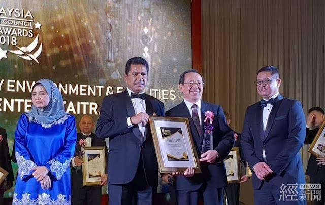 馬來西亞旅遊部副總監(Deputy Director General)拿督斯里阿布都拉卡尼頒發獎項予我國駐馬國臺北經濟文化辦事處經濟組徐組長大衛
