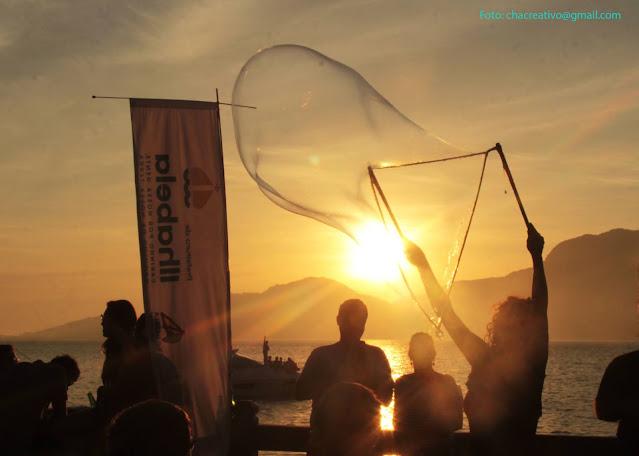 Performance Bolhas Gigantes de Humor e Circo se apresentou em evento ao ar livre Ilha Bela Sunset Sp.
