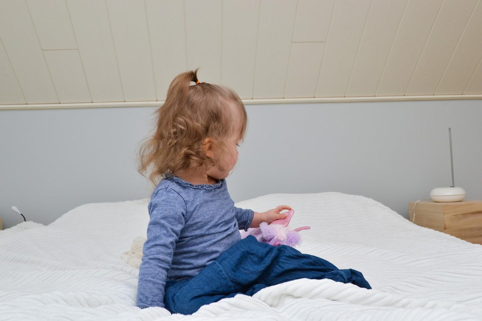 Saippuakuplia olohuoneessa -blogi, kuva Hanna Poikkilehto, taapero, puolitoista vuotias, lapsen kehitys, lapsi, perhe, makuuhuone, sänky, tyttö, vanerisänky, ikea