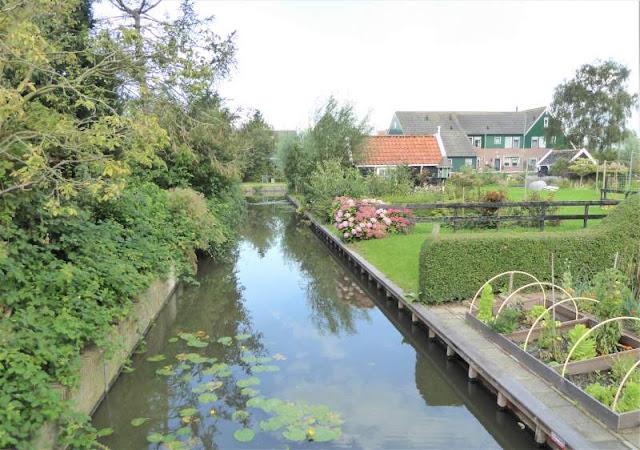 canale dietro case di Marken
