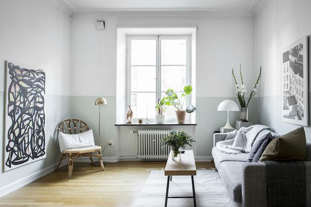salón con pared pintada a media altura