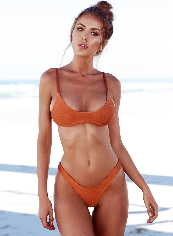 cewek manis pakai Bikini di pingir pantai