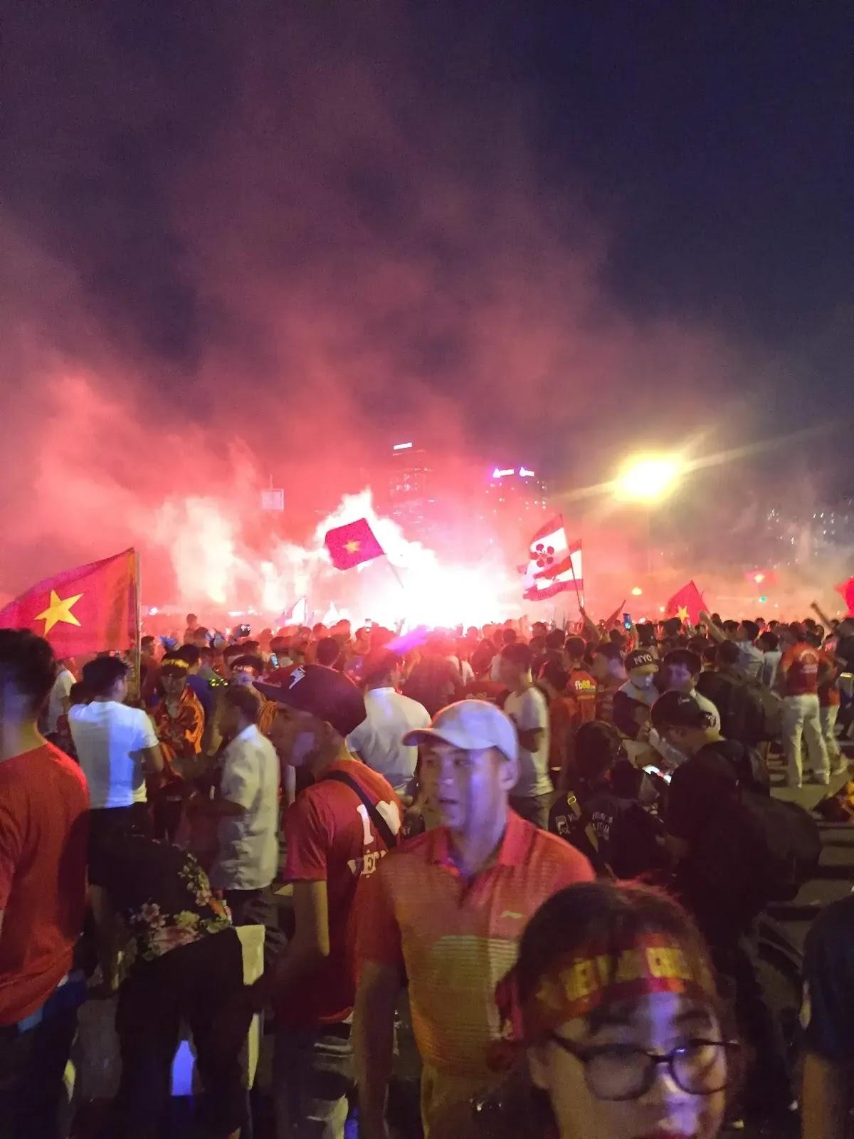 NHM đốt pháo sáng ăn mừng đội tuyển Việt Nam vô địch AFF 2018