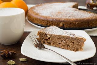 Kawałek ciasta korzennego na talerzyku