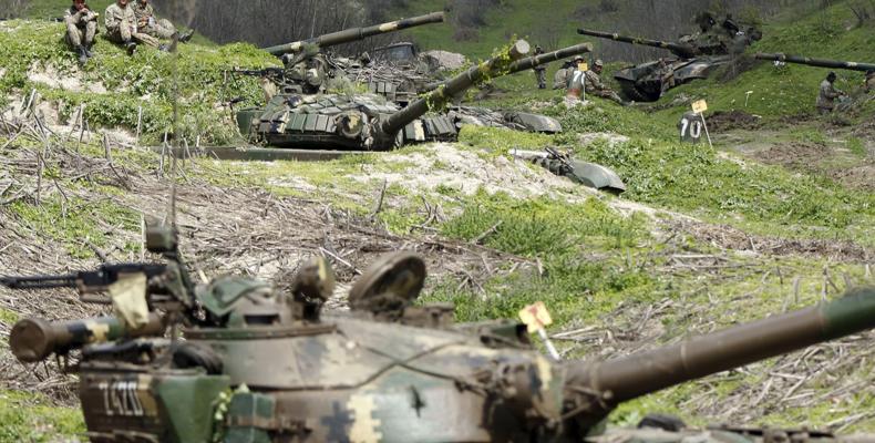 Ναγκόρνο Καραμπάχ: Αρμένιοι πυρπολούν τα σπίτια τους