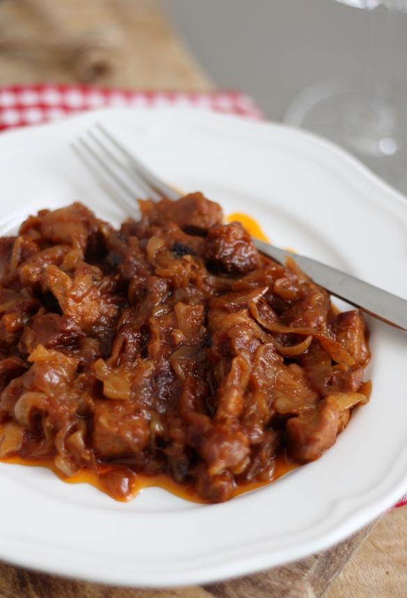 бавно печено месо с лук, свинско с лук, телешко с лук, месо с лук в глинен гювеч, вкусна рецепта с месо и лук
