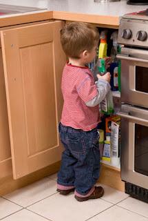 Ev temizliğinde kullanılan tuzruhu, çamaşır suyu gibi kimyasal maddeler çocukların ulaşamayacağı bir yerde saklanmalıdır,
