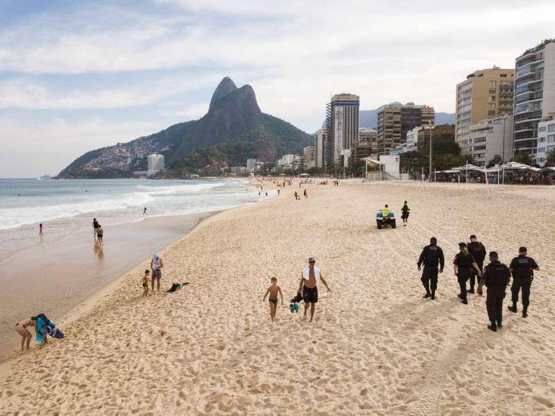 Praias de lazer ficam lotadas no Rio