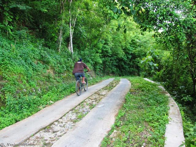 Pesepeda menuruni jalan area Bucu