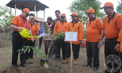 Kepala Lembaga Ilmu Pengetahuan Indonesia Iskandar Zulkarnain  didampingi Bupati Kuningan Utje Ch Suganda, menyiram bibit pohon Anyang-anyang