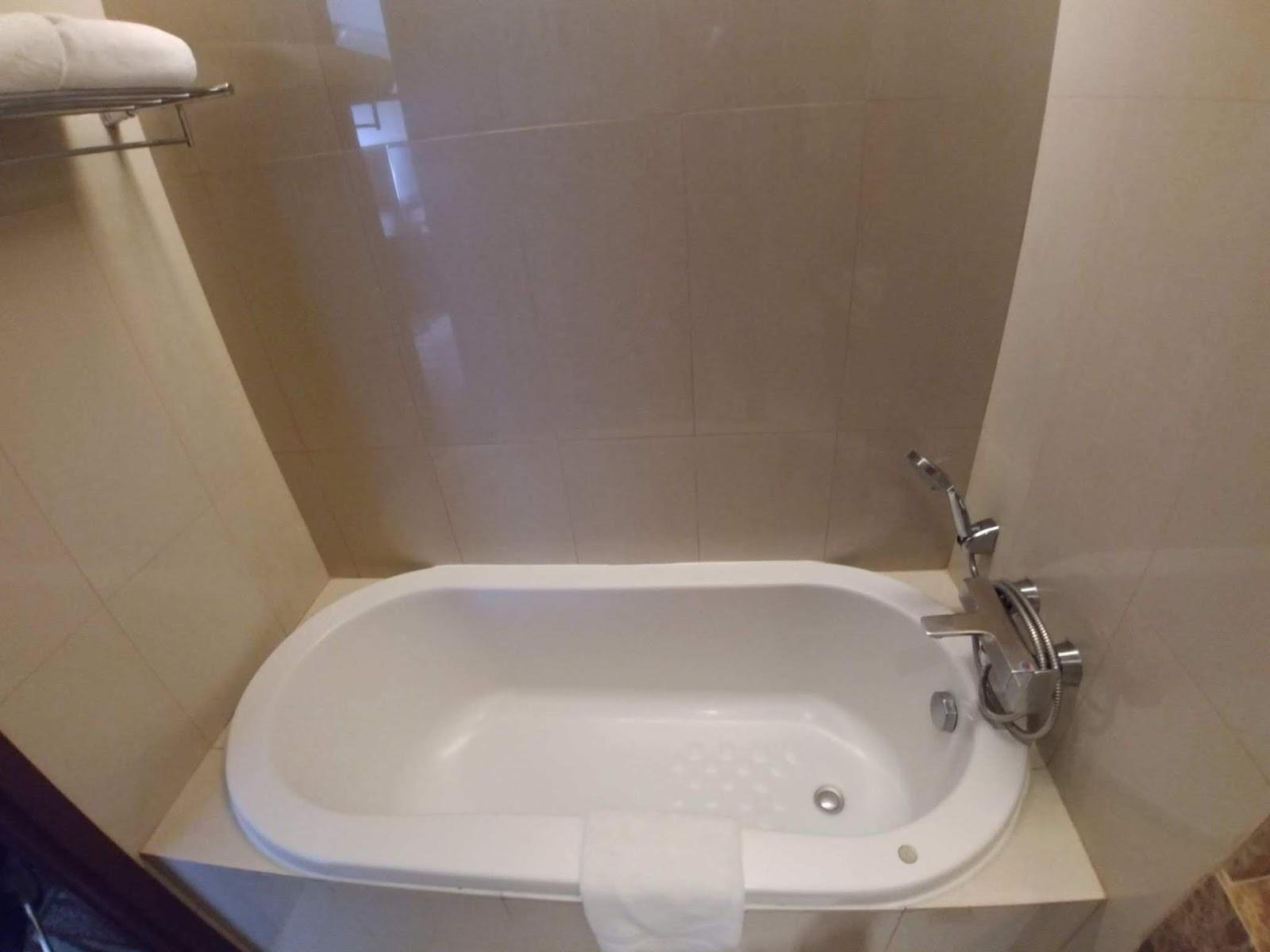 bathtub at Acacia Hotel