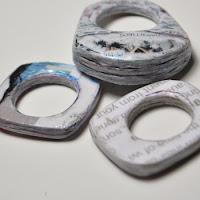 http://www.cocoatutoriales.blogspot.com.es/2015/06/anillo-de-papel-de-periodico-recicla.html