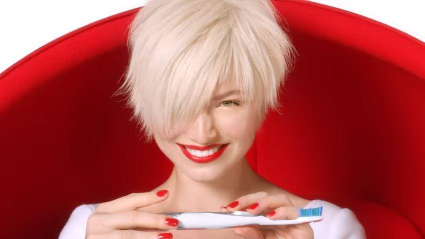 Modella Colgate pubblicità Expert White con modella bionda. Chi è? con Foto - Testimonial Spot Pubblicitario Colgate 2017