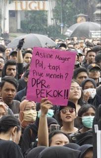 Tulisan Kocak Waktu Demo Mahasiswa di Depan Gedung DPR 8