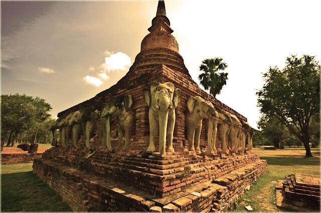 Những chi tiết trang trí ở Wat Ratchaburana mang hình ảnh rắn thần Naga nơi mi cửa, chim thần Garuda – vật cưỡi của thần Vishnu cùng các thần hộ pháp Dvarapala… chính là sự kết hợp kiểu thức trang trí đền tháp Hindu giáo tiêu biểu vào hình thái chùa thờ Phật, thịnh hành ở cố đô Ayutthaya.