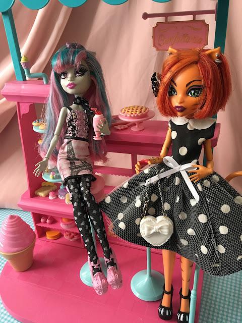 bonecas Monster High na confeitaria da Barbie