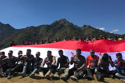 HUT ke-75 RI: Polri dan TNI di Maros Bentangkan Bendera Merah Putih di Puncak Bara