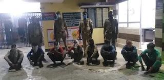 इटावा पुलिस द्वारा सार्वजनिक स्थान पर जुआ खेल रहे 08 अभियुक्तों को 7230 रुपए सहित गिरफ्तार किया गया
