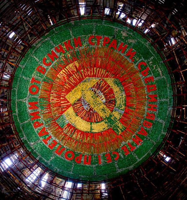 No teto arruinado ainda reinam os símbolos marxistas