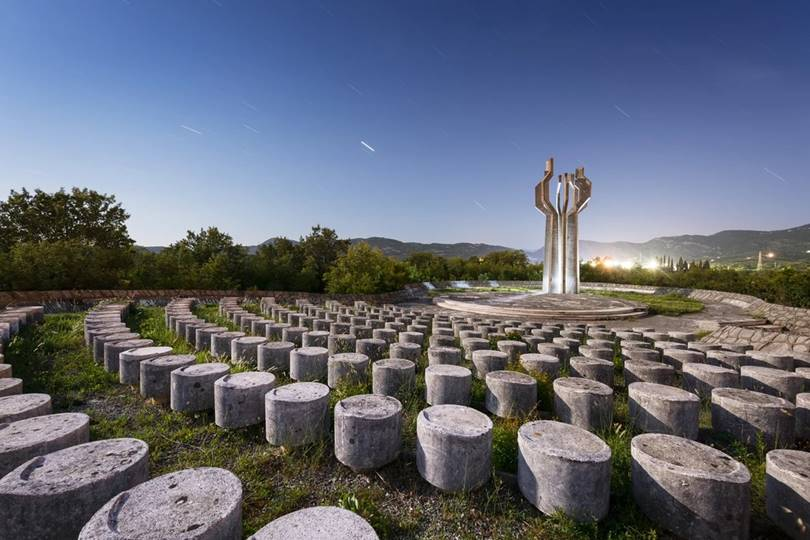 The stunning Barutana - a monument to the fallen from the Liesańska Nahia region - stands proudly like a huge tree against the backdrop of mountain ranges.